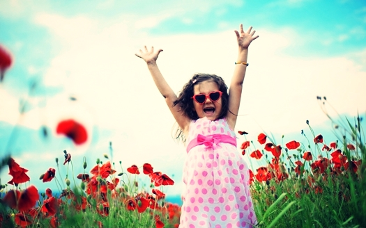 happy-child-in-the-field-free-desktop-wallpaper-3840x2400