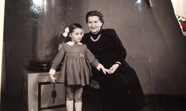 Angela Oros sa svojom majkom. Foto: Porodična arhiva/The Guardian